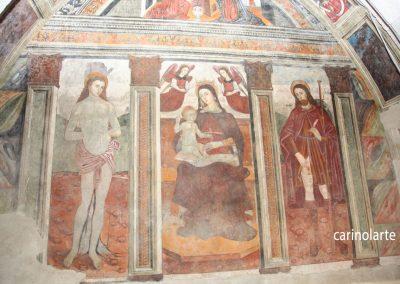 Affresco presente sul lato destro della chiesa: l'immagine rappresenta San Sebastiano, la Madonna con il Bambino coronata dagli Angeli, San Rocco.
