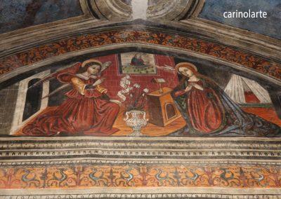 Affresco presente sul lato destro della chiesa: particolare della scena dell'Annunciazione.