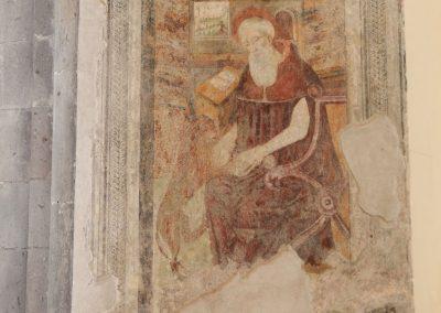 """Affresco presente sul fondo della parete destra della chiesa: l'immagine rappresenta un santo con il libro ed il leone. L'iconografia classica fa riferimento a San Girolamo. Potrebbe trattarsi comunque di Sant'Ilarione; questa valutazione scaturisce dalla presenza nel tenimento di Carinola di una zona denominata """"Sant'Ilario"""". Alcuni elementi iconografici coincidono"""