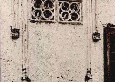 FINESTRA PALAZZO ACETI. È di forma rettangolare; nella parte superiore presenta guizzanti S chiuse entro due quadrilobi accostati, mentre inferiormente è cieca.  Tale importante particolare architettonico ed artistico, è tuttavia andato perduto in seguito alla demolizione, avvenuta dopo la seconda guerra mondiale, di palazzo Aceti.