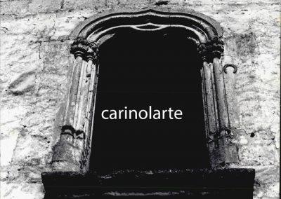 FINESTRA VICO DEL SOLE. La finestra, di età aragonese, è incorniciata, di lato, da coppie di colonnine con capitelli fioriti sorreggenti un arco cuspidato.