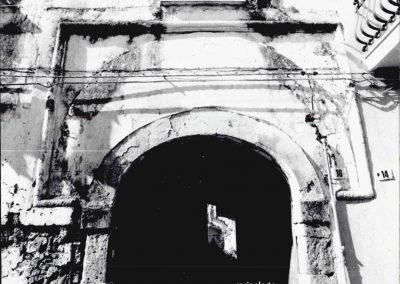 PORTALE  VIA DIAZ. Di gusto catalano, questo portale è formato da un arco depresso, inquadrato in una cornice rettangolare.  Tale importante particolare architettonico, risulta oggi parzialmente alterato dall'inserimento al suo interno di un portale di minori dimensioni.