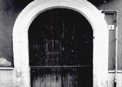 PORTALE VIA SICILIA. Il portale, decorato con una serie di cornici che ne seguono l'andamento curvilineo, presenta un arco a sesto ribassato.