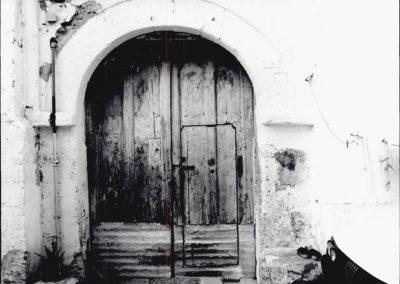 PORTALE VICO GIGLIO. Il portale è costituito da un arco a tutto sesto, inquadrato da una semplice cornice rettangolare.