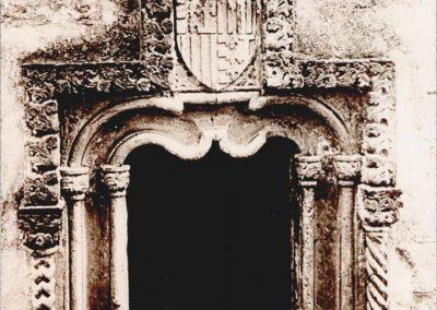 FINESTRA QUATTROCENTESCA DI PALAZZO PARASCANDOLO - scomparsa. Rappresenta un esempio di stile gotico-catalano (che trova il suo equivalente nella porta marina di Siracusa), particolarmente ornato e fantasioso: due coppie di colonnine sostengono un arco inflesso, inscritto in un'ornia rettangolare, a sua volta retta da colonnine tortili e dominata da uno stemma con l'arme aragonese di Durazzo.  Tale finestra, a ricordo dei carinolesi, fu asportata per consentirne la conservazione ma attualmente risulta scomparsa.