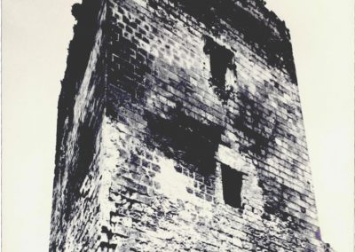 MASCHIO (vista prima del restauro). Oltre all'imponente mole che ancora conserva questa parte di edificio, nella foto si possono notare due diverse aperture, delle quali solo quella posta superiormente,attualmente scomparsa, presenta qualche rilievo architettonico.