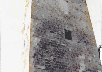 MASCHIO (vista dopo il restauro). Oltre all'imponente mole che ancora conserva questa parte di edificio, nella foto si possono notare due diverse aperture, delle quali solo quella posta superiormente,attualmente scomparsa, presenta qualche rilievo architettonico.