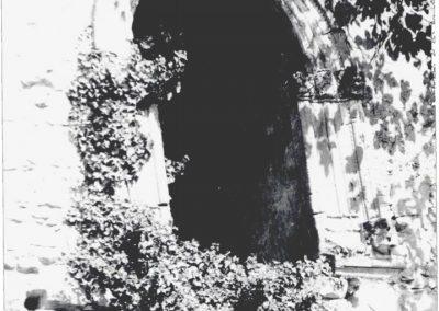 TERZA FINESTRA LIVELLO SUPERIORE PROSPETTO VIA ANNUNZIATA. Costituita da un arco a sesto acuto, sorretto da tre colonnine sormontate da capitelli a motivi naturalistici, è caratterizzata da un doppio serto a punta di diamante che ne segue il profilo.
