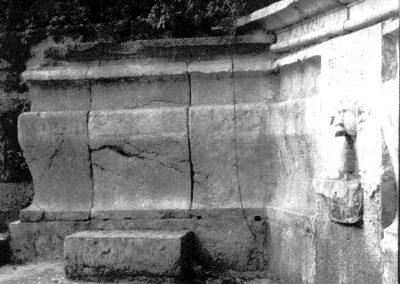 ANTICA FONTANA RETROSTANTE LA CHIESA DI SANTA MARIA. Risalente agli inizi del Settecento, la fontana in pietra lavorata è situata nella parte posteriore della chiesa di Santa Maria a Pisciariello.