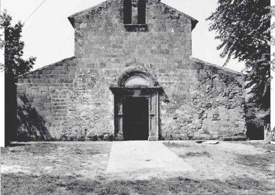 FACCIATA. La facciata presenta un portale rinascimentale e duplici vani di luce, a sostituzione del rosone, che si ripetono sulla sommità del tetto a mezzo di pilastrini raccordati da archi a tutto sesto ad uso di campanile.