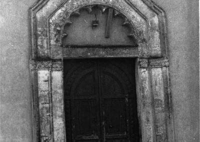 PORTALE DELLA CHIESA DELL'ANNUNZIATA. Il portale, in pietra lavorata, costituito da una semplice apertura architravata, è caratterizzato da una cornice a spiovente che ingloba una lunetta semicircolare, posta al di sopra dell'architrave.