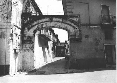 ARCO D'INGRESSO DI VICO AURORA. Racchiuso entro una serie di cornici rettangolari, il portale presenta un arco appena accennato