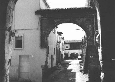 PORTALE DI CASA SORRENTINO. Caratterizzato da un arco a sesto rialzato, il portale è inquadrato in una cornice rettangolare culminante in un fiocco; inoltre, sia all'imposta che nei pennacchi, si possono notare alcune decorazioni.