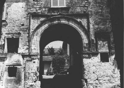 PORTALE DI CASA LEPORE. Compreso entro una cornice rettangolare, il portale è caratterizzato da un arco a sesto leggermente ribassato.