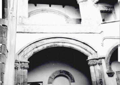 VEDUTA DEL PATIO VERSO IL LOGGIATO. Da questa veduta interna di casa Marzano, si può notare il loggiato che si apre sul patio con un ampio arco depresso, poggiante su pilastri polistili. Inferiormente, invece, un altro arco, anch'esso a sesto ribassato, delimita lo spazio di un ambiente adibito, forse, a scuderie.