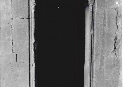 PARTICOLARE LOGGIATO - PORTA D'ACCESSO ALLA SCALA A CHIOCCIOLA. Caratterizzato da una chiave di volta scolpita, inserita nell'architrave, (disposizione architettonica che si ripete sia all'ingresso dello scalone d'onore che del loggiato) questo portale secondario immette in una scala a chiocciola che collega i due livelli dell'edificio.