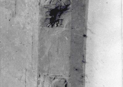 PARTICOLARE DECORATIVO LOGGIATO. Tra gli elementi decorativi ancora presenti nel loggiato, si possono notare, nella parte superiore ed inferiore degli spigoli smussati in pietra trachitica, decorazioni floreali a conchiglia.