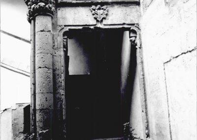 INGRESSO ALLO SCALONE D' ONORE. L' ingresso allo scalone d' onore è caratterizzato da una struttura architravata con chiave di volta scolpita ( elemento che ricorre in altri episodi dell' edificio ).