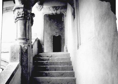 SCALONE D'ONORE -SECONDA RAMPA. La seconda rampa dello scalone d'onore, aperta per un lato sul patio, attraverso un portale caratterizzato da una struttura architravata con chiave di volta scolpita, immette sul loggiato.