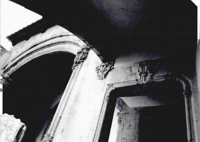 ARCO RAMPANTE. Elemento architettonico di rilievo presente sul parapetto della seconda rampa dello scalone d' onore.