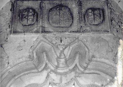 PORTALE BICUSPIDATO CON ARCO DUE VOLTE INFLESSO. Al di sopra delle due cuspidi del portale ad arco due volte inflesso che si apre sul loggiato, si possono notare tre stemmi araldici, di cui quello centrale rappresenta la croce patente dei Marzano intrecciata con i poli di Casa d'Aragona, mentre i due laterali, posti in posizione simmetrica, rappresentano l'arme del Marzano e dei Rufo d'Aragona.