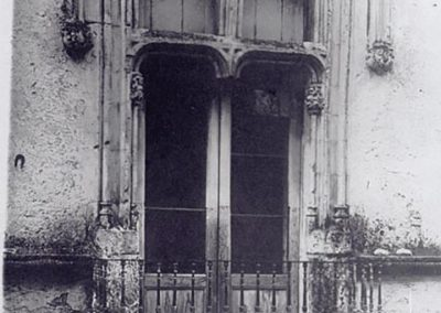 FACCIATA SU PIAZZA MAZZA -FINESTRA DI SINISTRA. Questa finestra, anch'essa trasformata in balcone, meno decorata delle altre, ripropone il tema della suddivisione a croce, anche se in questo caso la colonna centrale è stata asportata.