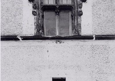 FACCIATA SU PIAZZA MAZZA -FINESTRA CENTRALE. Questa finestra presenta due aperture superiori e due inferiori a mò di croce. Le due aperture inferiori sono ottenute mediante tre colonnine, di cui una centrale e due laterali, le quali contribuiscono a sorreggere la cornice superiore ornata da caratteristici fioroni.