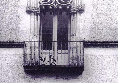 FACCIATA SU PIAZZA MAZZA -FINESTRA DI DESTRA. E' caratterizzata, nella parte superiore, da elementi circolari concentrici, alla base dei quali spiccano pendagli lapidei; si notano, inoltre, due colonnine sorreggenti una cornice che racchiude il tutto. Questa finestra, trasformata successivamente in balcone, si distingue dalle altre per avere le quattro aperture disposte secondo una croce.