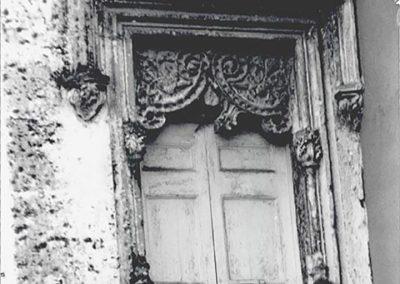 FINESTRA LATO NORD-EST. Inquadrata da una cornice a bilanciere, è caratterizzata da due volute traforate in pietra, che dal centro discendono verso i lati, sorrette da esili colonnine con capitelli decorati.