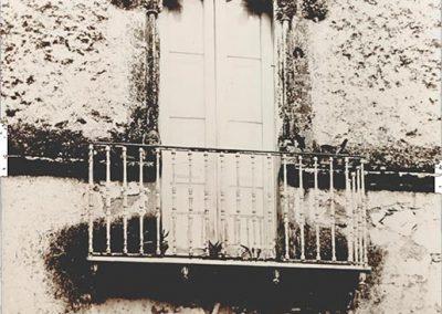 BALCONE. Si distingue per avere al di sotto dell'incorniciatura una decorazione a grappoli molto curata ed elaborata, inserita in un arco appena accennato.  Il balcone era originariamente una finestra, poi modificata..