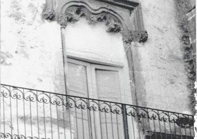 BALCONE LATO GIARDINO - verso il monumento. Si distingue per avere al di sotto dell'incorniciatura una decorazione a grappoli molto curata ed elaborata, inserita in un arco appena accennato.  Il balcone era posizionato al di sopra di una superfetazione.