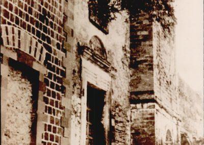 CONVENTO SAN FRANCESCO - PROSPETTO FACCIATA.  Dei tre portali d'ingresso che si aprono lungo la facciata del convento di S. Francesco, quello centrale, sormontato da una lunetta, che ha conservato negli anni la propria struttura architravata con decoro lineare, immette nella navata principale, mentre quello laterale, che appare murato in fotografia, attraverso una porta architravata con arco di scarico a sesto ribassato, immette nella navata secondaria; un terzo portale posto alla destra di quello centrale, caratterizzato da un'arcata profonda, dà, invece, l'accesso al chiostro, il cui muro perimetrale, oggi ricostruito, appare in stato di totale abbandono.  Inoltre, al di sopra del portale centrale, dove attualmente vi è un'apertura a ruota strombata, terminante in un rosone a raggiera, si può notare un'apertura rettangolare senza alcun pregio architettonico, sormontata da un occhio; mentre al di sopra del portale di destra appaiono accenni geometrici.  Infine bisogna aggiungere che il portale laterale, posto a sinistra di quello centrale, in seguito riaperto, è attualmente sormontato da un occhio, al di sopra del quale si apre una bifora incorporata in un arco.  Immagine che mostrano varie viste del prospetto.