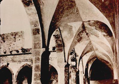 CONVENTO SAN FRANCESCO -   VEDUTA INTERNA DEL CHIOSTRO.   Sono riprodotti due lati del chiostro i cui archi ogivali poggiano su semplici pilastri quadrangolari smussati.  Si può notare, inoltre, il portico voltato a crociera, un tempo riccamente affrescato con storie della vita del Santo frate. Sullo sfondo sono visibili i resti dell'edificio, parallelo alla chiesa, ricostruito nel dopoguerra, dove attualmente sono ubicate le celle dei frati. Prima del restauro.