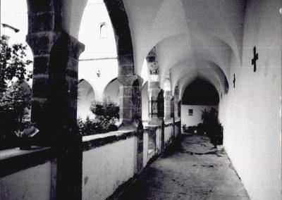 CONVENTO SAN FRANCESCO -   VEDUTA INTERNA DEL CHIOSTRO.   Sono riprodotti due lati del chiostro i cui archi ogivali poggiano su semplici pilastri quadrangolari smussati.  Si può notare, inoltre, il portico voltato a crociera, un tempo riccamente affrescato con storie della vita del Santo frate. Sullo sfondo sono visibili i resti dell'edificio, parallelo alla chiesa, ricostruito nel dopoguerra, dove attualmente sono ubicate le celle dei frati. Dopo il restauro.