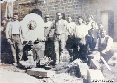 Casale- operai al lavoro, sistemazione strada e fontana