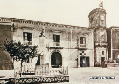 Casale- piazza Monumento, orologio e fontana del 1924