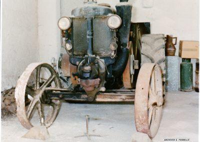 Casale- vista frontale dello storico trattore di Peppino, avviamento a fornello
