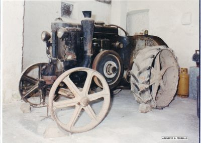 Casale- vista laterale dello storico trattore di Peppino, avviamento a fornello