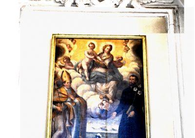 Cattedrale di Carinola. Cappella della tomba di San Martino E.- raffigurazione della Madonna tra due Santi. Si vede in basso lo stemma del vescovo Della Marra