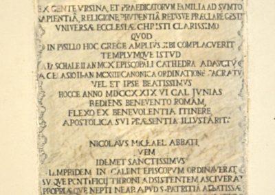 Cattedrale di Carinola. Epigrafe donata dal papa Benedetto XIII, in occasione della Sua visita a Carinola.