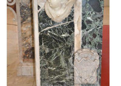 Cattedrale di Carinola. Particolare dell'altare maggiore, lato destro in basso si nota lo stemma del vescovo de Rossi.