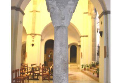 Cattedrale di Carinola. Particolare di una delle colonne di fronte la sagrestia.