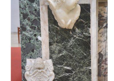 Cattedrale di Carinola. Particolare, sul lato sinistro dell'altare maggiore_ si nota lo stemma di papa Benedetto XIII