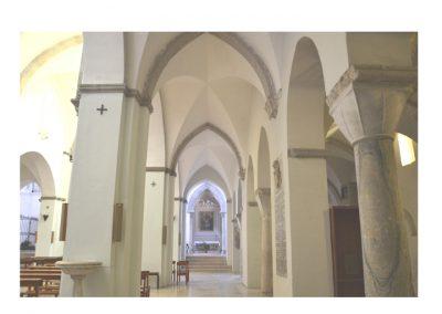 Cattedrale di Carinola. Vista della navata detrsa.