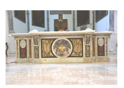 Cattedrale di Carinola. Vista frontale dell'altare maggiore modificato dal restauro degli anni 1960-70.