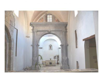 Cattedrale di Carinola. Vista generale della cappella della tomba di San Bernardo con il relativo arco rinascimentale