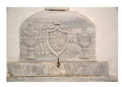 Cattedrale di Carinola.lSagrestia-lavabo con fontanella e insegna del vescovo Vitelli
