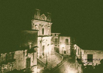 una vista notturna e suggestiva della chiesa di SS. Giovanni e Paolo in Casale